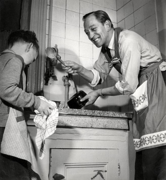 Boy doing dishes. Nationaal Archieef, Netherlands.